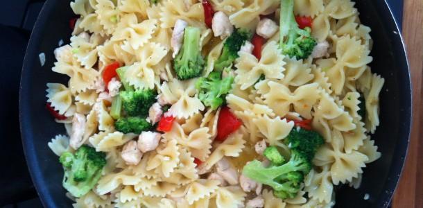 Pasta med kylling og grøntsager