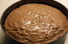 Den færdige kage med chokolade