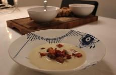Cremet jordskokke suppe med hjemmelavede brødcroutoner