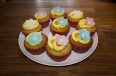 Citron muffins med blomster pynt