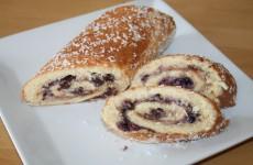 Roulade med creme, blåbær og chokolade.