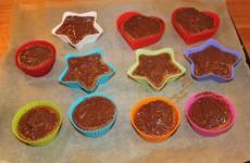 De færdige banankage muffins med chokolade