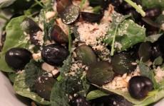 Sommer salat med paranødder, søde vindruer og hasselnødde balsamico
