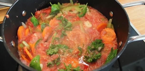Tomatsauce ingredienserne simrer