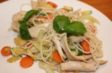 Den stegte kylling med grøntsager og timian kviste er klar til at blive serveret