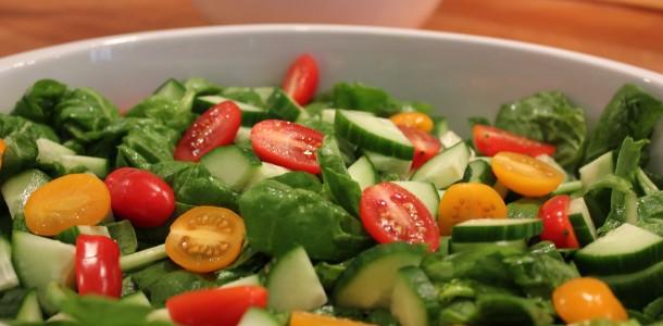 Salaten bliver piftet lidt op af en lækker marinade