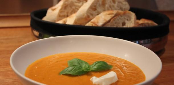 Tomatsuppen er klar til servering