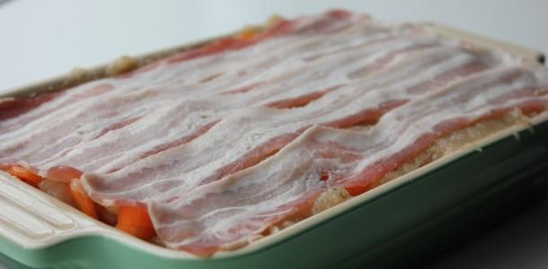 Kyllingefarsbrødet er blevet foret med bacon, og er klar til at komme i ovnen