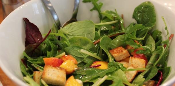 kyllingefrikadeller - Salaten er ved at være klar