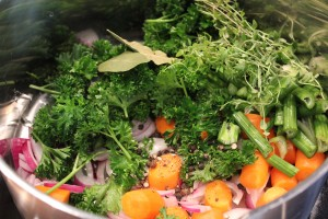 Grøntsagerne til hønsesuppen gøres klar
