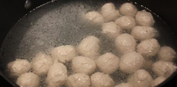 Når kødbollerne er ved at komme op til overfladen, er de ved at være færdige