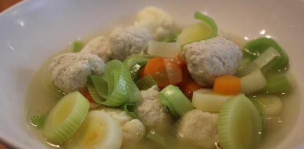 Når kyllinge fonden, kød og melboller er lavet, tilføjede jeg porrer og gulerødder og lod det koge op sammen