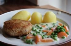 Karbonader med stuvede ærter og gulerødder, klar til at blive serveret