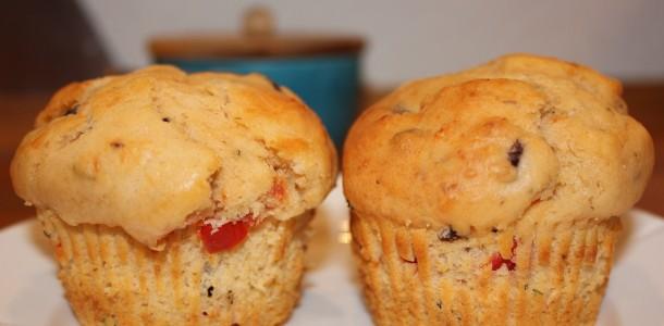 Muffins med parmesan, tomat og oliven, klar til at blive spist