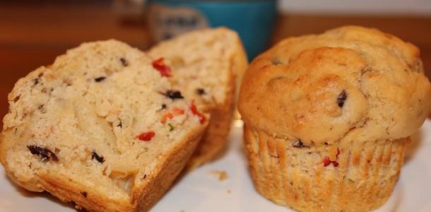 Muffins med parmesan, tomat og oliven
