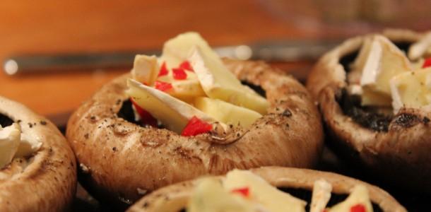 Portobello svampe med hakket brie og chili