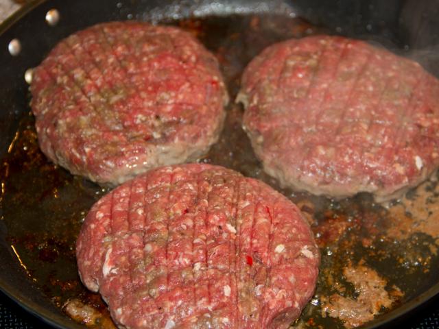 Kødet steges på panden