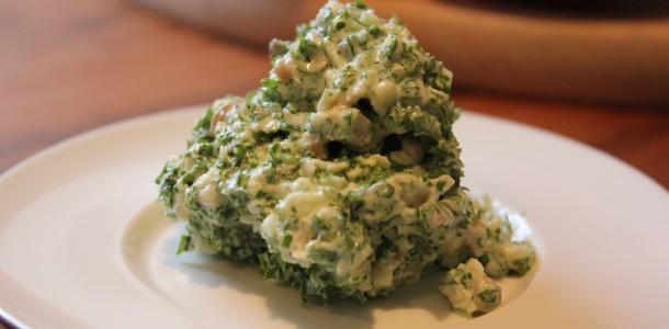Den færdige grønkåls salat med æbler