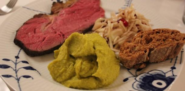 Oksefilet i sous vide serveret med en salat af hvidkål og granatæbler samt en pure af hvidkål, blomkål og broccoli
