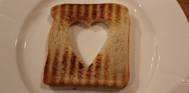 Rist toasten og skår et flot stort hjerte ud.