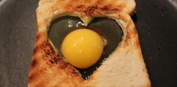 Lig toasten på panden og slå et æg ud i den - Sæt så låg over panden.