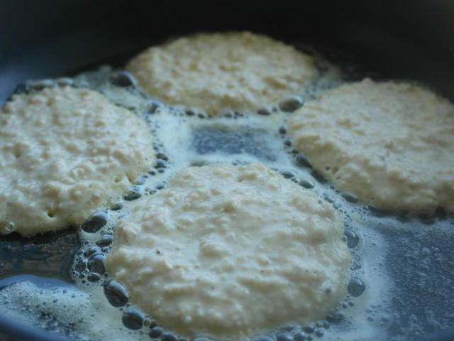 Havregrøds-pande kager steges på en pande med smør