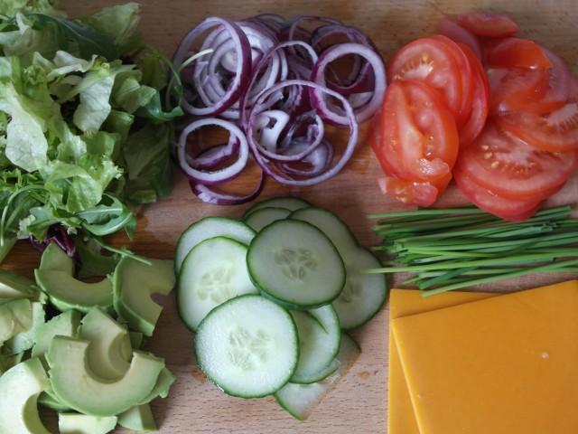 Snittet grøntsager til burger.