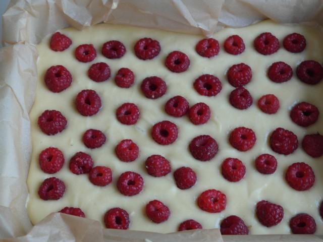 Hvid chokolade kage med hindbær. Klar til oven