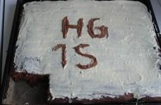Den færdige kage med hvis chokolade glasur