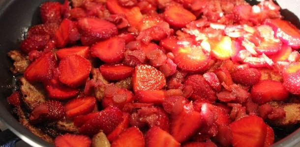 Jordbær og rabarber på panden