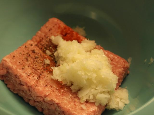 Svinekød med løg, blomkål og krydderier