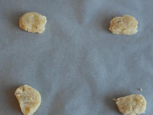 4 stk af 3 cm tykkelse ligges i hvert hjørne og bages i ca 10 min