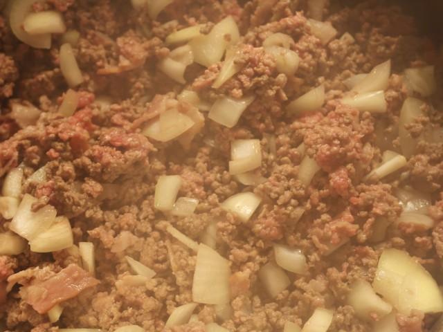 Svitset oksekød, løg og bacon
