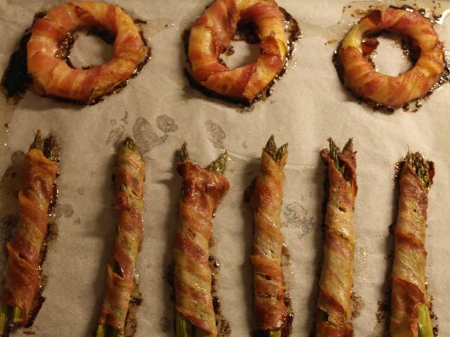 De færdige løgringe bacon rap og asparges rap