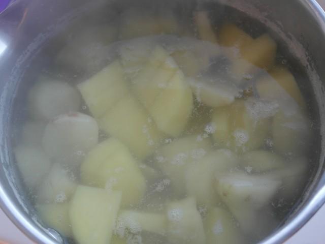 Rodfrugter i vand med bouillonterning