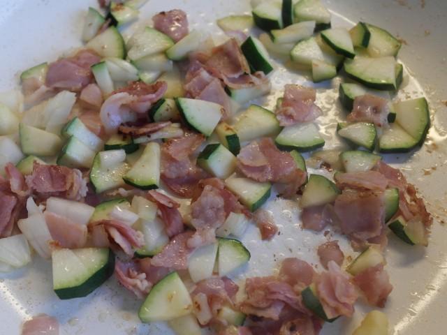 Bacon,squash,løg på pande