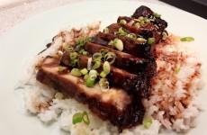 Char Siu - Serveringsforslag, pyntet med lidt forårsløg